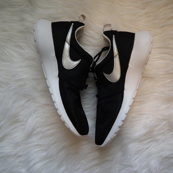 Nike Shoes   Roshe One Grade School 55y